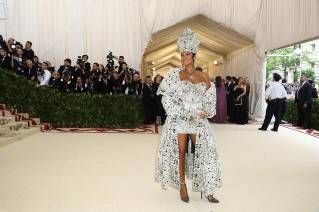 red-carpet-met-gala-2082-rihanna-superJumbo